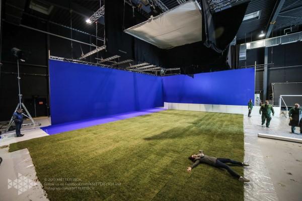 Fußball-ElectricSun-Lichtaufbau-ParkStudios-Babelsberg-Bluescreen-Rollrasen