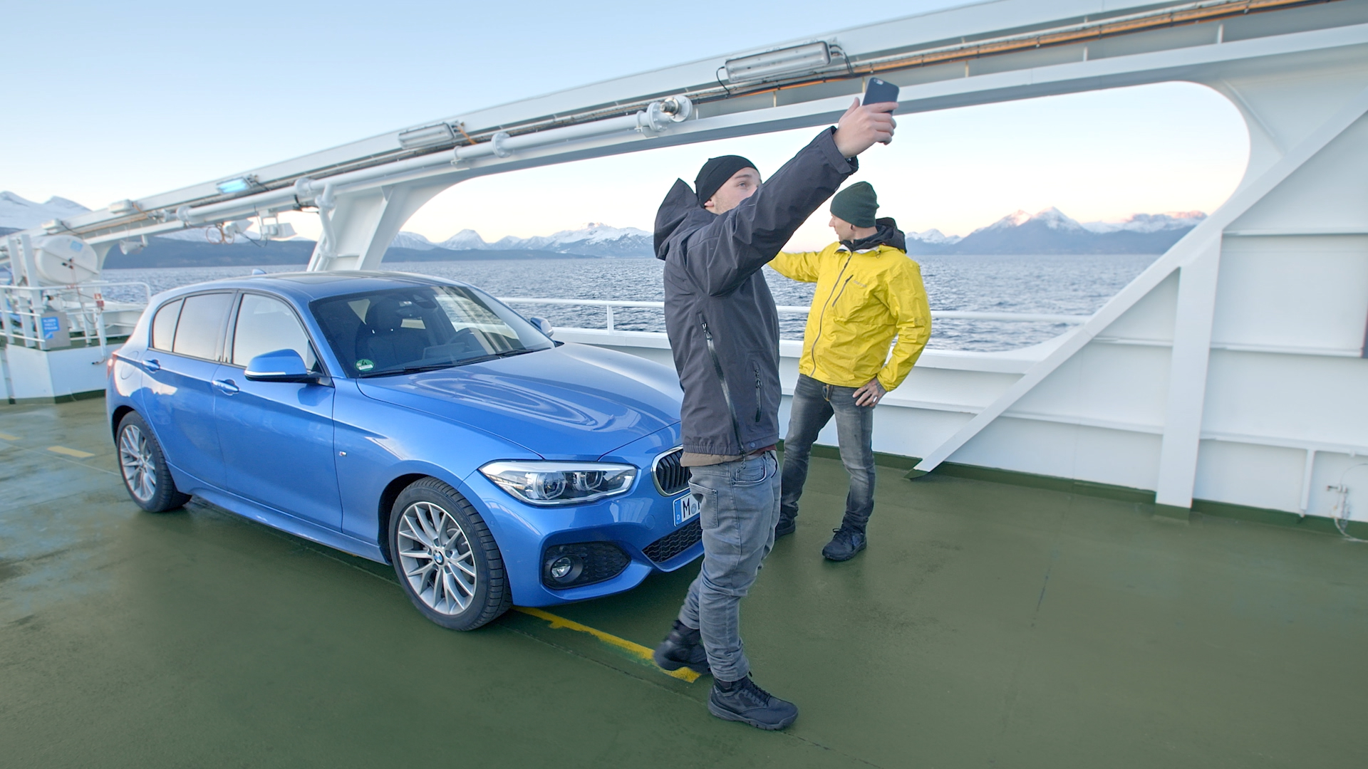 Fähre blauer BMW selfie Schweden Nordeuropa Filmproduktion xdrive Locationscouting ressourcenmangel Berlin Knitterfisch dresden