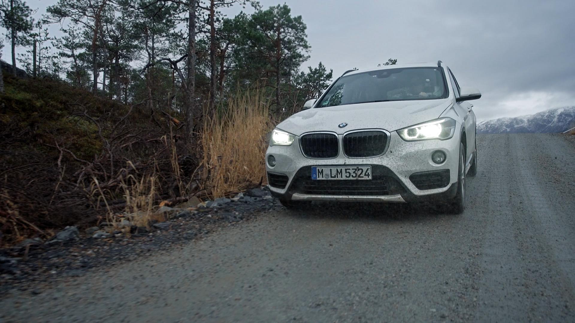Weißer BMW Schweden Nordeuropa Filmproduktion xdrive Locationscouting ressourcenmangel Berlin Knitterfisch dresden